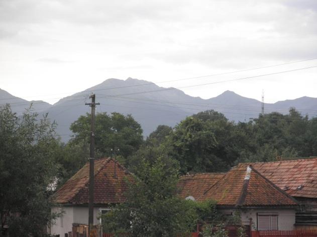 Daken van het dorp, erachter de Karpaten