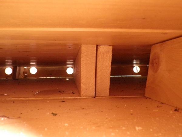 Ventilatiegaten gezien van onder de vloer.